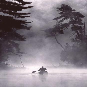 Paddler in the early morning mist. Leslie Frost wilderness area, Ontario, . ❤ Reiseausrüstung mi